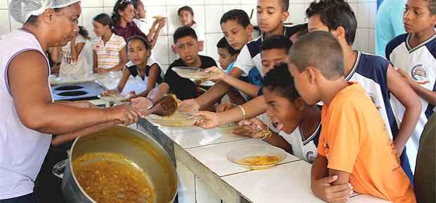 Na hora da merenda, alunos de uma escola p�blica Pirapora, no Norte de Minas, pedem mais macarr�o diante da panela vazia. Foto: Apar�cio Mansur/EM/D.A Press