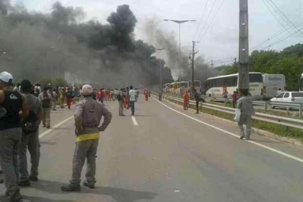 Protestou da trabalhadores da Emtep terminou com quatro �nibus incendiados e confronto com a Pol�cia Militar (Gean Silva/WhatsApp/Divulga��o)