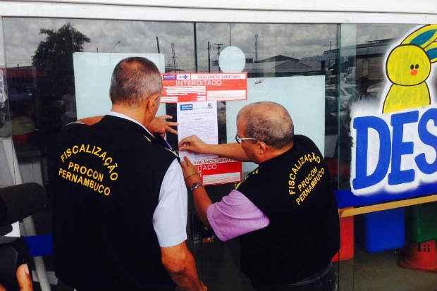 Em dois meses, quinze supermercados foram autuadas, treze delas interditadas, estando entre as causas a venda de produtos vencidos. Foto: Augusto Freitas/DP/D.A Press