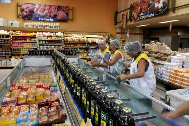 Alguns alimentos do Extrabom estavam com temperatura de conserva��o inadequada e eram reembalados quando vencidos, segundo a fiscaliza��o (Secretaria de Sa�de do Recife/Divulga��o)