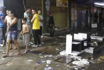 Populacao de Abreu e Lima aproveitou greve da Policia Militar, realizada na quarta-feira (14),  para saquear lojas do comercio da BR 101. Houve confrontos contra as policias civil e Rodoviaria Federal. (Ricardo Fernandes/DP/D.A Press)