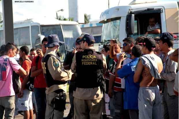 Pol�cia Rodovi�ria precisou agir para controlar o bloqueio realizado por trabalhadores da Jaragu�, na entreda de Suape (Marcelo Ferreira/WhatsApp/Divulga��o )