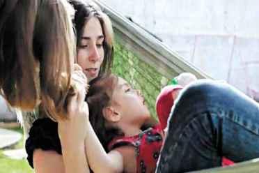 Katiene Fischer conseguiu na Justi�a o direito de importar o �leo de canabidiol para a filha Anny. Foto: Youtube/Reprodu��o de V�deo (Youtube/Reprodu��o de V�deo)
