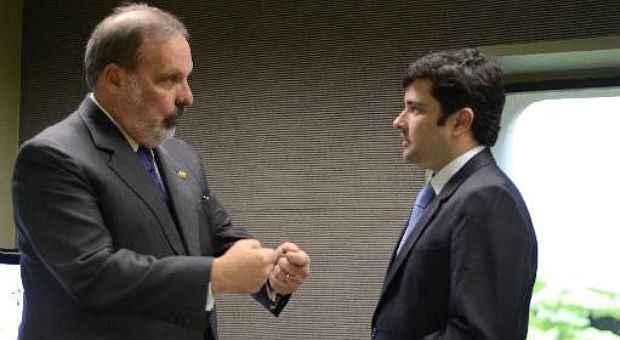 Nos bastidores, contudo, o pr�-candidato Armando Monteiro (esq.) tenta assegurar apoio do PP de Eduardo da Fonte � chapa de oposi��o (Ana Volpe/Divulga��o)