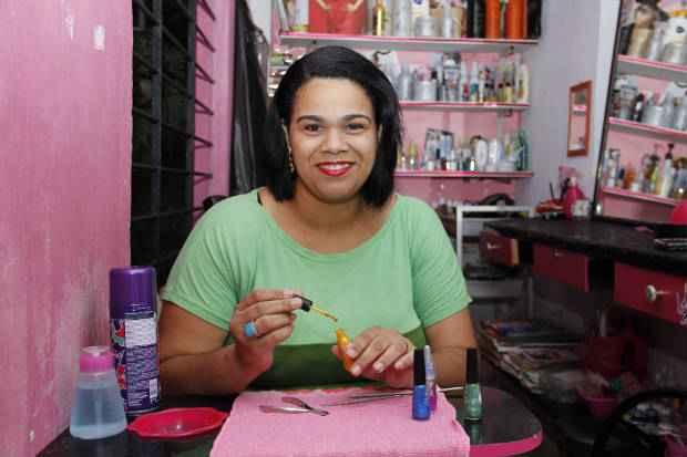 Neide Aparecida Bezerra Alves (Cida) vem investindo no seu primeiro sal�o e j� est� programando a sua formaliza��o, quando ser� uma microempreendedora individual. Foto: D�bora Rosa/Esp. DP/D.A.Press