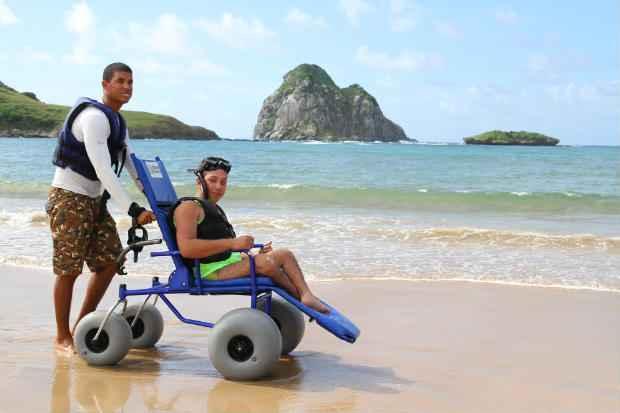 (Luan Pereira visitou Fernando de Noronha para testar a acessibilidade da ilha, em v�rias situa��es. Foto: Paulo Paiva/DP/D.A Press )
