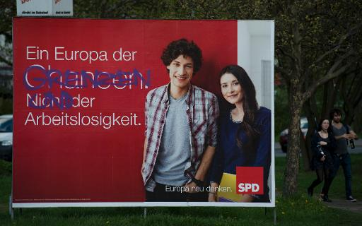 Outdoor eleitoral do Partido Social Democrata (SPD) alem�o com a frase 'Uma Europa de oportunidades, n�o de desemprego', � modificado por picha��o, que diz 'Uma Europa de fronteiras e desemprego', em Berlim. Foto: John MacDougall/AFP Photo