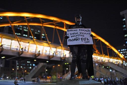 Homem vestido como Batman participa de protesto contra a Copa do Mundo no Rio de Janeiro, em 15 de maio. Foto: Christophe Simon/AFP