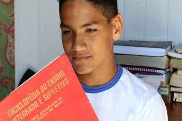 Ismael estuda � noite na EJA e � exce��o entre os colegas: o pai acompanha de perto o desempenho do adolescente de 16 anos. Foto: Oswaldo Reis/Esp. CB/D.A Press (Oswaldo Reis/Esp. CB/D.A Press)