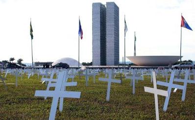 Cinco mil cruzes foram colocadas por caminhoneiros em frente ao Congresso Nacional  Foto: Oswaldo Reis/Esp. CB/D.A Press (Oswaldo Reis/Esp. CB/D.A Press)