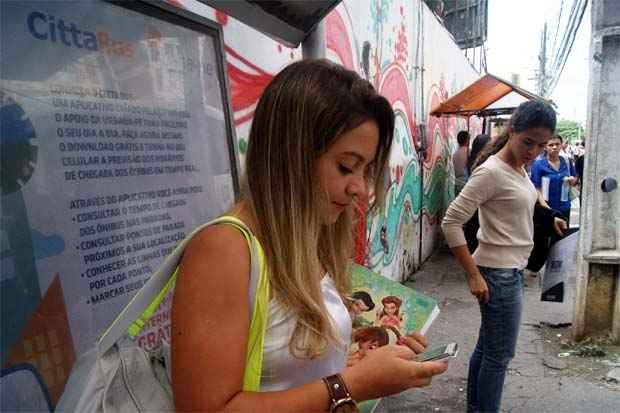 Usuários do wifi nas paradas de ônibus do Recife gostaram da iniciativa. Foto: Myrela Moura/EspDP/D.A Press