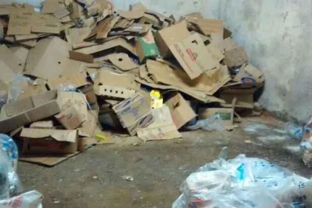 No local, o lixo estava no mesmo local do estoque de alimentos (Procon-PE/Divulga��o)