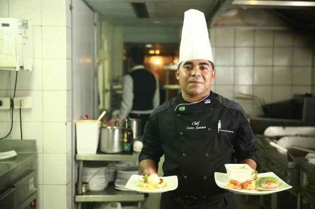 O chef C�cero Santana, do restaurante Promenade, no Mar Hotel, apresenta os pratos da Costa Rica, sele��o que vai se hospedar no hotel. Foto: Bernardo Dantas/DP/D.A Press
