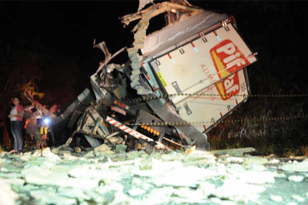 De acordo com testemunhas, caminh�o destru�do teria feito ultrapassagem em curva e bateu em um �nibus (Carlos Henrique Cruz/Portal Capara�)