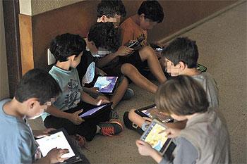 Tablets s�o liberados no recreio de sexta-feira em escola de BH, que incentiva outros usos que n�o s� o recreativo. Cr�dito: Leandro Couri/EM/D.A. Press