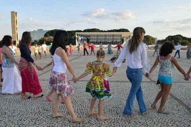 Para marcar o Dia Nacional da Ado��o, a ONG Aconchego promove dan�a na Pra�a dos Tr�s Poderes. Foto: Antonio Cruz/Ag�ncia Brasil