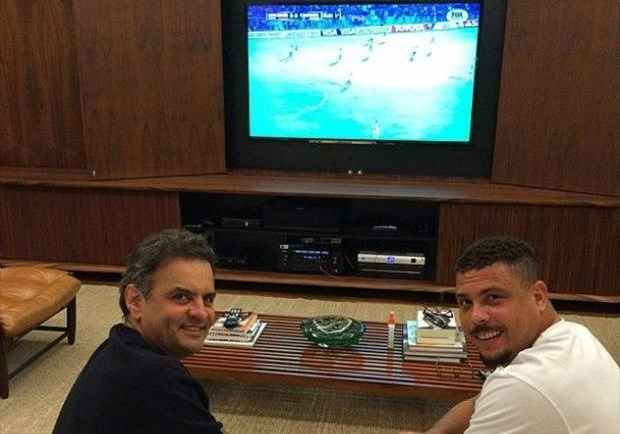 No in�cio de maio, Ronaldo postou em seu perfil oficial do Facebook uma foto com o senador mineiro e disse que ele seria