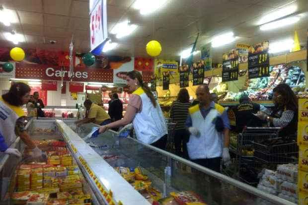 (Fiscaliza��o visitou a rede Arco-�ris e tamb�m encontrou irregularidades sanit�rias que provocaram a interdi��o do supermercado por cinco dias)