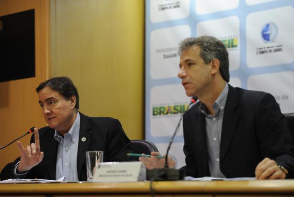 O secret�rio de Vigil�ncia em Sa�de, Jarbas Barbosa,e o ministro da Sa�de, Arthur Chioro, anunciam a regulamenta��o da Lei Antifumo. Foto: Elza Fiuza/Ag�ncia Brasil