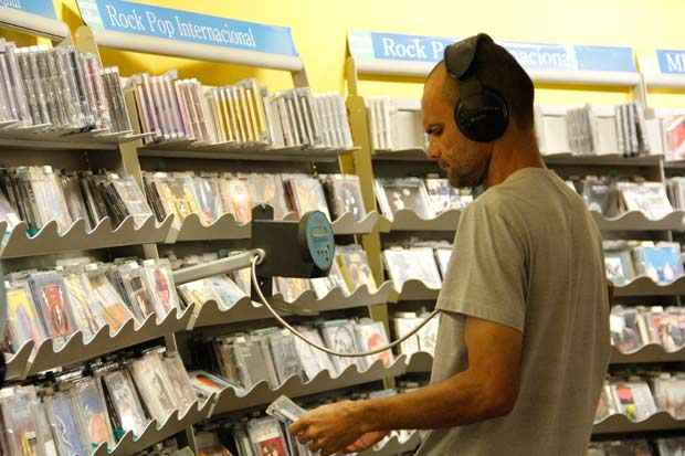 Vendas do segmento ainda s�o um neg�cio importante dentro das lojas de departamento e grandes livrarias. Foto: D�bora Rosa / Esp. DP/ DA Press