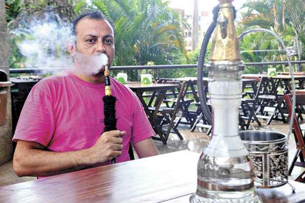 Ammar Abunabut investiu em restaurante que oferece narguil� e calcula perda de cerca de 20% no faturamento. Foto: Antonio Cunha/CB/D.A Press (Antonio Cunha/CB/D.A Press)