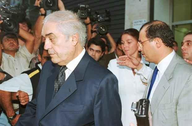 Foto de arquivo de 11/04/2000 do juiz Nicolau dos Santos Neto (e), o Lalau, deixa o pr�dio do F�rum Criminal da Justi�a Federal, em S�o Paulo, ap�s prestar depoimento. Foto: Robson Fernandjes/Estad�o Conte�do