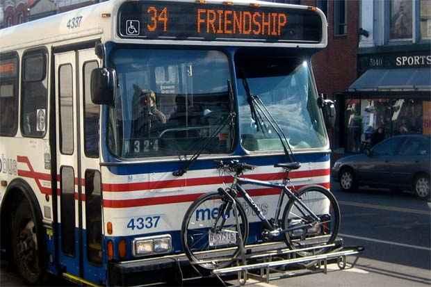 Modelos com as bicicletas acopladas fora dos ônibus são comuns em alguns países. Foto: Reprodução.