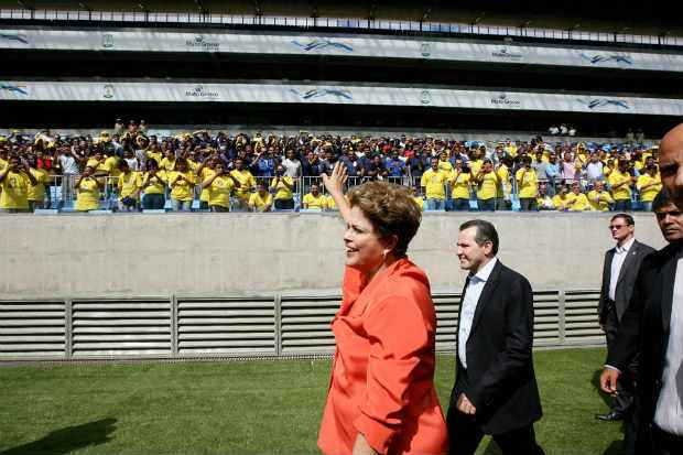 Questionada sobre o dinheiro gasto pelo governo na constru��o dos est�dios para a Copa, Dilma lembrou que s�o recursos financiados e que, eventualmente, ser�o devolvidos aos cofres p�blicos. Foto: Ednilson Aguiar/Secom-MT (Ednilson Aguiar/Secom-MT)