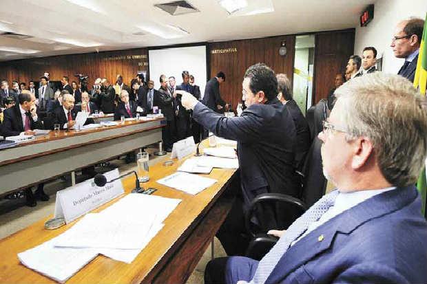 O relator da comiss�o mista, Marco Maia (D), garantiu que os parlamentares continuar�o a trabalhar depois do in�cio da Copa do Mundo. Foto: Pedro Fran�a/Ag�ncia Senado  (Pedro Fran�a/Ag�ncia Senado)