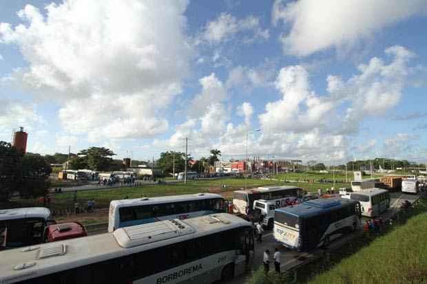 Trabalhadores da Fidens bloqueiam as vias de acesso a Suape. Foto: Allan Torres Esp. DP/D.A press