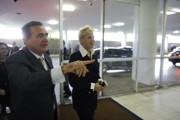 A apresentadora � recepcionada pelo presidente do Senado, Renan Calheiros. Foto: Marcos Oliveira/Ag�ncia Senado