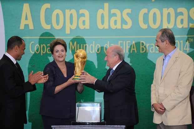 O ex-capit�o da sele��o Cafu, a presidenta Dilma, o presidente da Fifa, Joseph Blatter, e o ministro do Esporte, Aldo Rebelo, na apresenta��o oficial da ta�a da Copa do Mundo. Foto: Jos� Cruz/Ag�ncia Brasil