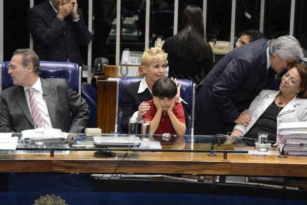 Com a presen�a da apresentadora Xuxa Meneghel, senadores comemoram a aprova��o da lei, rebatizada de Menino Bernardo. Foto: Valter Campanato/Ag�ncia Brasil (Valter Campanato/Ag�ncia Brasil)