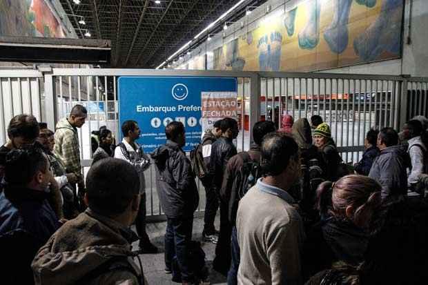 Usu�rios encontram a Esta��o Itaquera do Metr� de S�o Paulo fechada nesta quinta-feira   devido � greve. Foto: Ale Vianna/Brazil Photo Press/Estad�o Conte�do