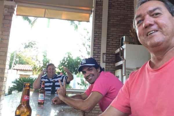 Foto mostra Fernand�o com amigos momentos antes do acidente em Goi�s (Divulga��o)