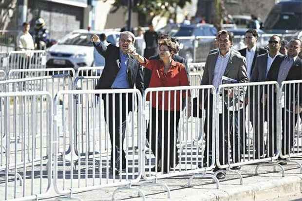 Ao lado do prefeito Marcio Lacerda, Dilma caminha entre as grades instaladas ao longo da avenida para chegar � esta��o do BRT Move. Foto: Juarez Rodrigues/EM/D.A Press (Juarez Rodrigues/EM/D.A Press)