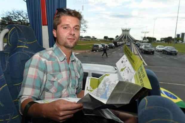 Michal Zaniat, nacional da Pol�nia, testa o posto de informa��es do Aeroporto JK. Foto: Correio Brziliense (Correio Braziliense)