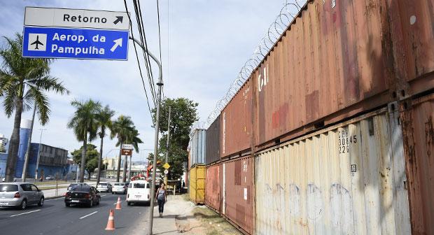 Cont�ineres e chapas de ferro comp�em paisagem de acessos ao Mineir�o. Foto: Juarez Rodrigues/EM/D.A. Press