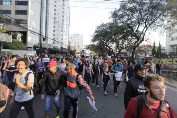 Metrovi�rios que realizaram protesto no terminal Ana Rosa, seguiram em passeata pela avenida Vergueiro, no sentido da pra�a da S�, no centro da cidade. Foto: Oswaldo Corneti/ Fotos P�blicas (Foto: Oswaldo Corneti/ Fotos P�blicas)