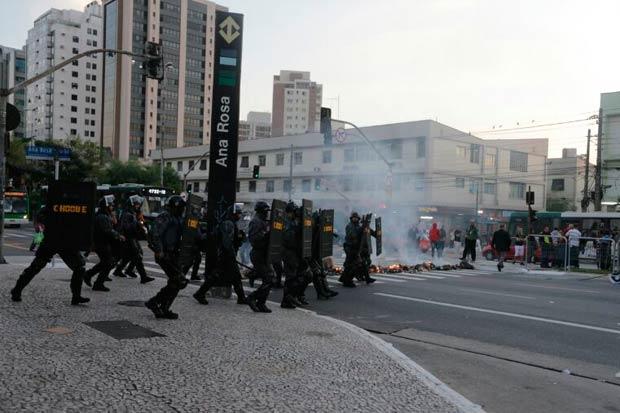 Metrovi�rios em greve protestam em frente � Esta��o Ana Rosa do Metr� de S�o Paulo. Foto: Nilton Fukuda/Estad�o Conte�do
