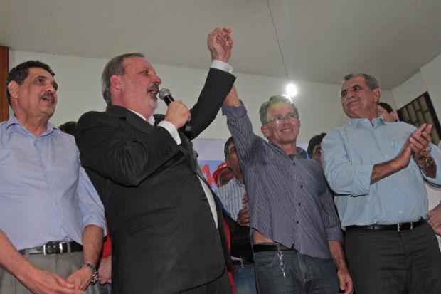 Ao lado de Armando e Jo�o Paulo, Paulo Rubem participou da �ltima plen�ria para a coleta de sugest�es para a elabora��o do plano de governo. Cr�dito: Roberto Ramos/DP/D.A Press
