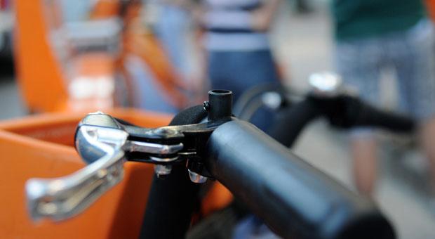 D�bora Melo come�ou dieta ontem e voltou a pedalar ap�s quatro anos, com a bicicleta que alugou na Pra�a da Liberdade. Cinco retrovisores j� foram furtados dos equipamentos (acima). Foto: Gladyston Rodrigues/EM/D.A. Press