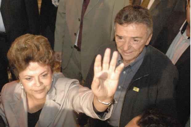 Em 2011, Dilma passou o S�o Jo�o em Caruaru e foi recebida por Jos� Queiroz e Wolney Queiroz (Teresa Maia/DP/D.A Press)