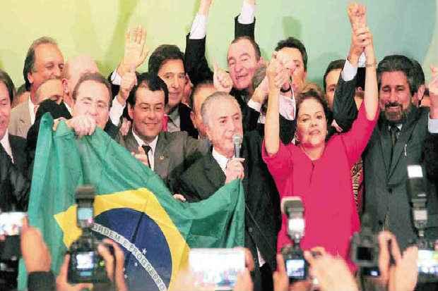 Ao lado de Temer (E), a quem agradeceu a lealdade, Dilma comemora decis�o do partido, apesar de os problemas nos estados n�o estarem superados. Foto: Bruno Peres/CB/D.A Press  (Bruno Peres/CB/D.A Press)
