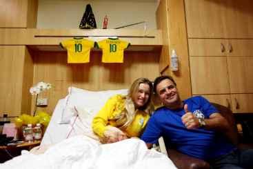 O presidenci�vel A�cio Neves assistiu ao jogo do Brasil na maternidade, no Rio de Janeiro, ao lado da esposa Let�cia. Decorando o quarto, camisas da Sele��o dos g�meos rec�m-nascidos, Julia e Bernardo (Orlando Brito/Divulga��o)