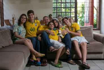 Eduardo Campos ao lado da esposa Renata, reuniu 4 dos 5 filhos e a futura nora para torcer pelo Brasil em sua casa no Recife  (Alexandre Severo/Divulga��o)