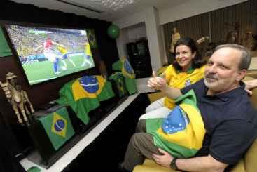 O pr�-candidato ao governo do estado Armando Monteiro Neto encheu seu apartamento no Recife de bandeiras e, ao lado da esposa M�nica, recebeu parentes e amigos para ver o primeiro jogo do Brasil na Copa (Leo Caldas/ Divulga��o)