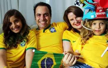Paulo C�mara, pr�-candidato pelo PSB ao governo de Pernambuco, torceu junto com a mulher Ana Luiza e as filhas Clara e Helena   (Alu�so Moreira/Divulga��o)