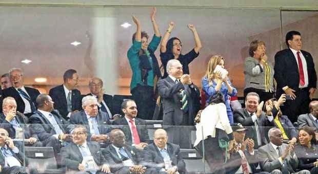 Fortes emo��es: acompanhada por Blatter, Dilma enfrentou a hostilidade da torcida antes mesmo do in�cio do jogo, cruzou os dedos quando a bola come�ou a rolar, mas atraiu mais vaias ao comemorar gol do Brasil