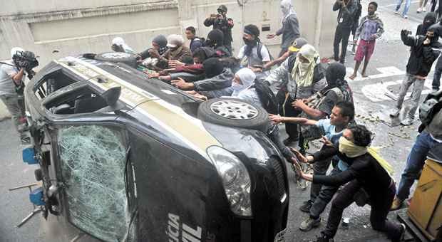 Viatura da Pol�cia Civil foi atacada por mascarados em frente ao Detran, na Avenida Jo�o Pinheiro. Foto: Leandro Couri/EM/D.A. Press